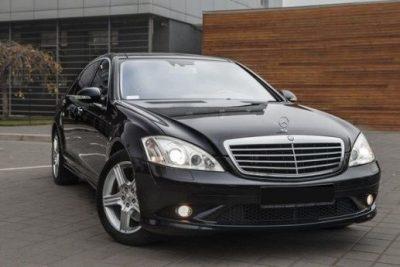 черный Mercedes w 221 S 550