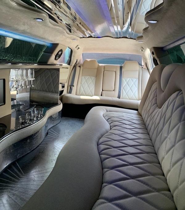 салон черного лимузина крайслер 11 мест