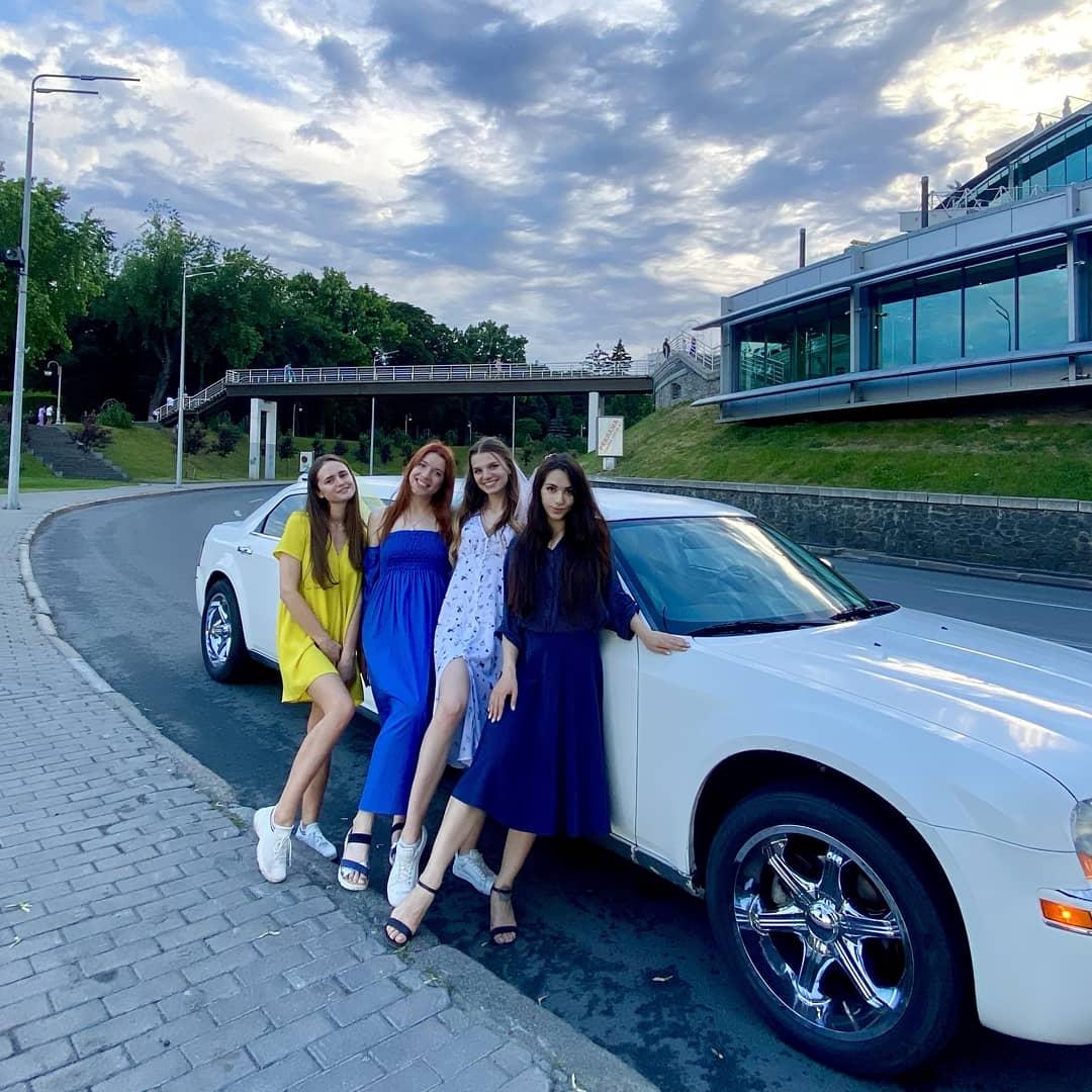 клиенты компании автоневесте на фоне лимузина chrysler 300C